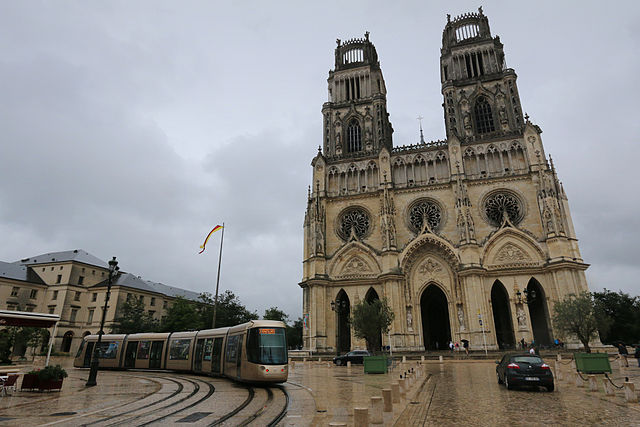 cathédrale d'Orléans et voitures
